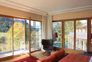 Fensterfront in einer Suite im Schloss Elmau Luxury Spa Retreat