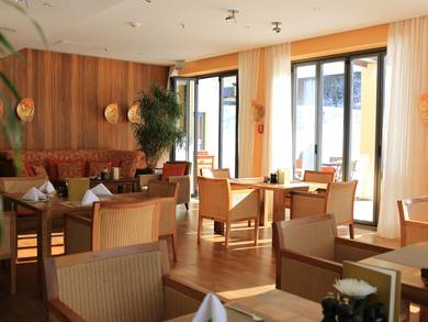 [Translate to English:] Esstische im Schloss Elmau Spa-Restaurant Ananda