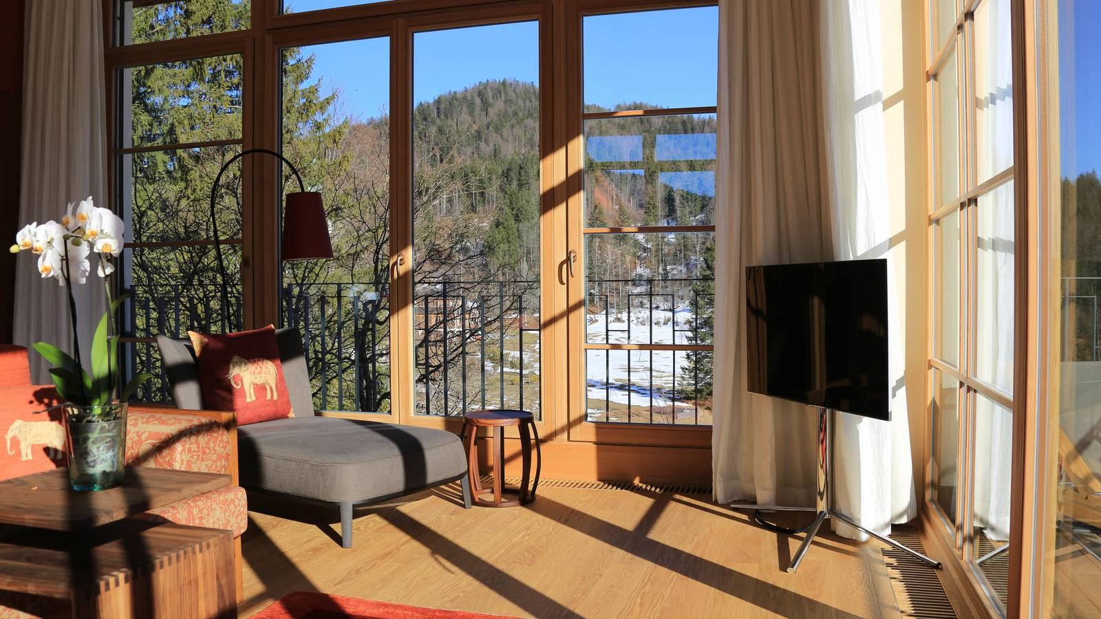 Lichteinfall in einer Suite im Schloss Elmau Luxury Spa Retreat
