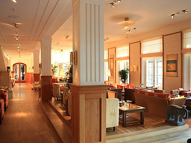 [Translate to English:] Tea Lounge im Tageslicht in Schloss Elmau