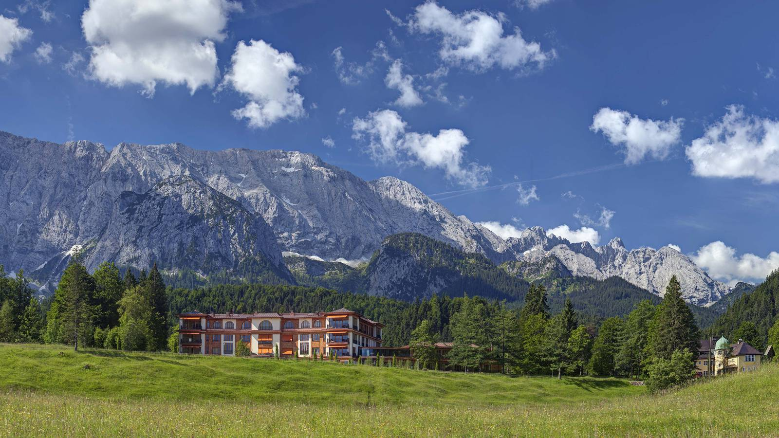 Panoramaansicht des Schloss Elmau Luxury Spa Retreats